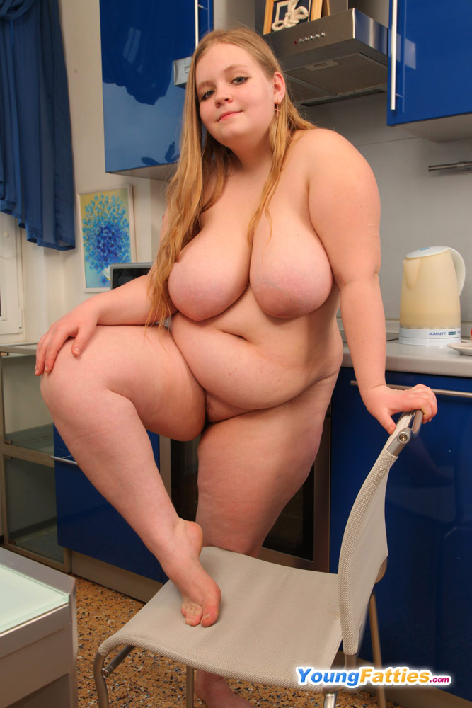 This fattie know how to use a dildo 7