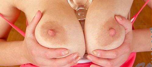 Busty Violetta toying her shaved pussy