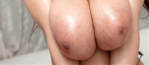 Busty hottie Hitomi in a bikini