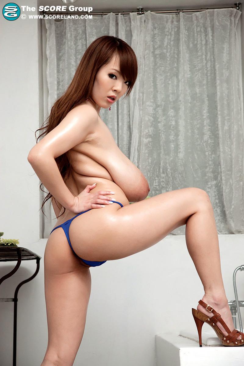hitomi's enormous tits and areolas at busty girls blog