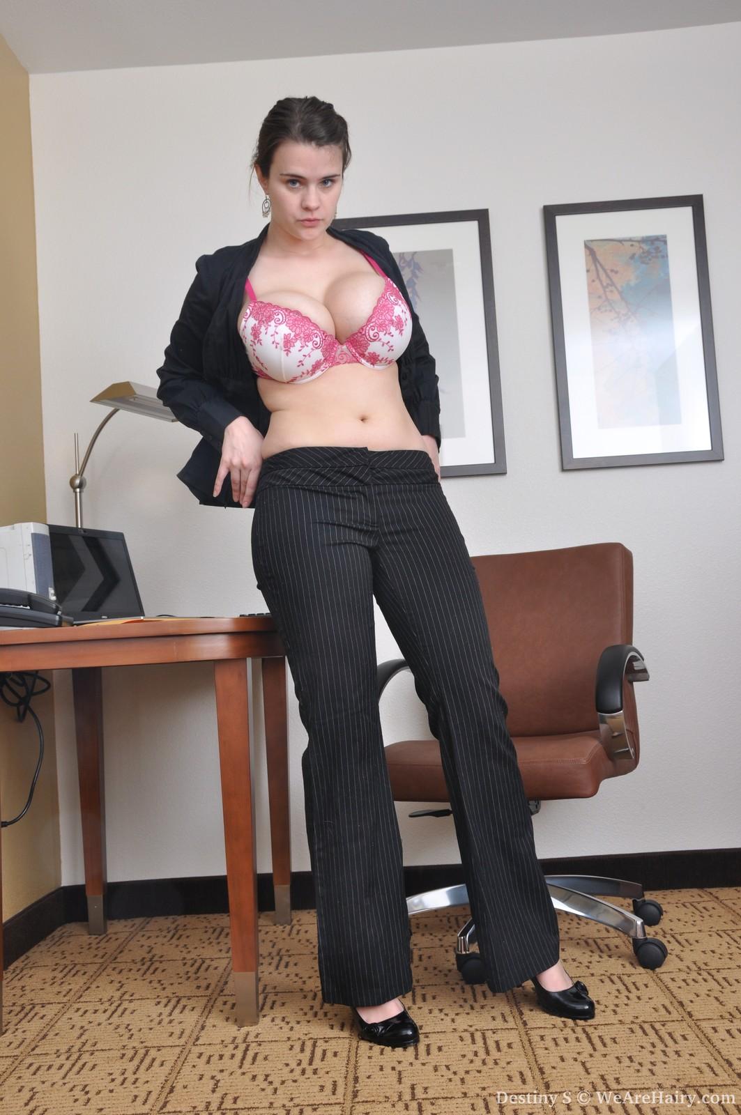 Смотреть секретарша с большими дойками 17 фотография
